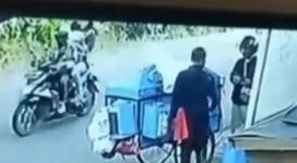 Video Viral! Tukang Kerupuk Kena Hipnotis di Pinggir Jalan