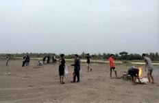 Karang Taruna Desa Cibenda Bersihkan Sampah di Bibir Pantai