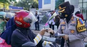 Peringati Hari Kartini, Kapolres Banjar dan Srikandi Kota Banjar Gelar Aksi Simpatik Bagi-bagi Bunga dan Masker