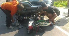 Diduga Hilang Kendali Saat Balapan, Pemotor di Pangandaran Hantam Minibus