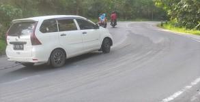 Tumpahan Material Pasir di Jalan Raya Emplak Ancam Pengendara Motor