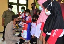 Rindu Sosok Ayah, Seorang Anak Yatim Menangis Saat Terima Bansos