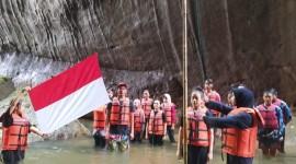 Warga di Pangandaran Gelar HUT RI ke 76 di Sungai Batu Lumpang