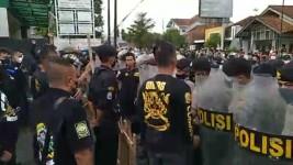 Eksekusi Lahan di Banjar Diwarnai Aksi Dorong Antara Polisi dan Ormas