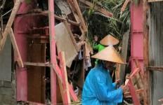 Pohon Kelapa Roboh Timpa Rumah Warga di Pangandaran, Pemilik Sempat Pingsan