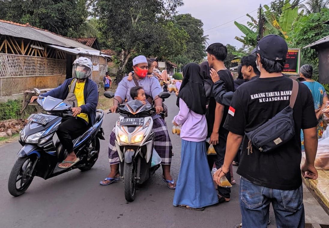 Karang Taruna Dusun Cijurey Banjar Bagikan Ratusan Takjil