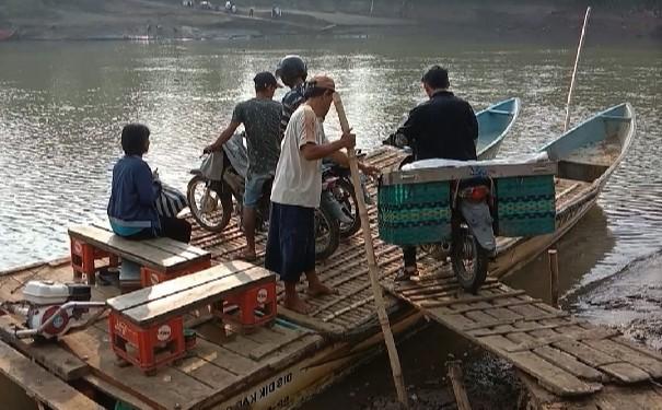 Penghasilan Pemilik Perahu Rakit di Maruyungsari Jelang Lebaran Meningkat