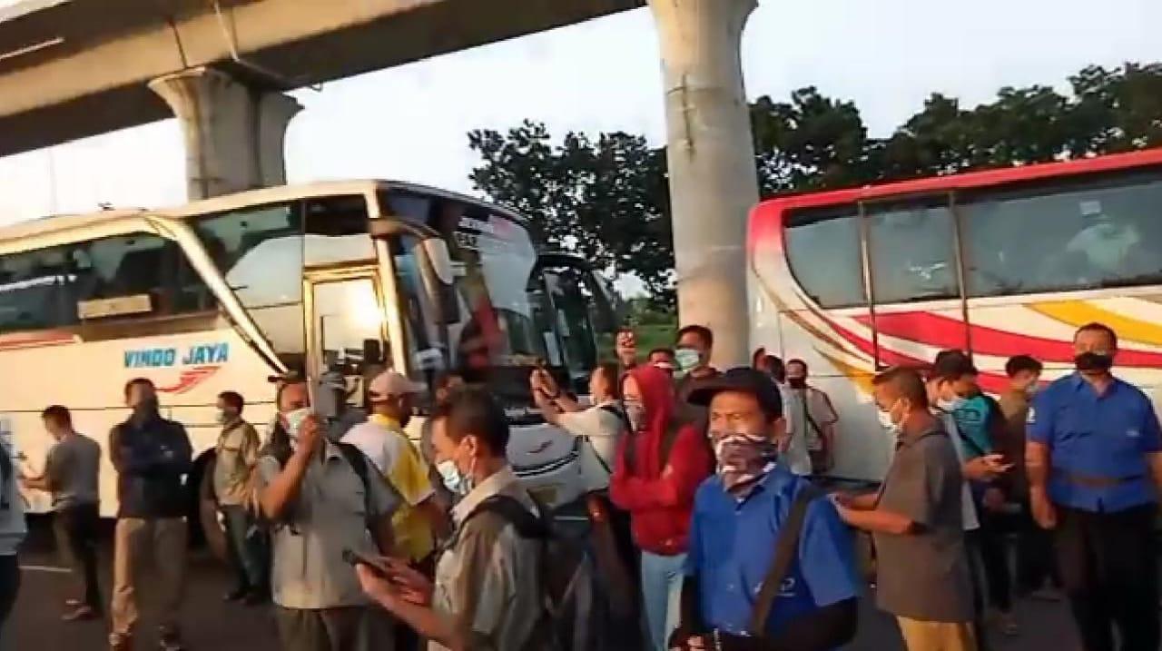 Viral Video Para Pekerja Berdemo Lantaran Pintu Tol Cikarang Ditutup, Teriak Minta Dibuka