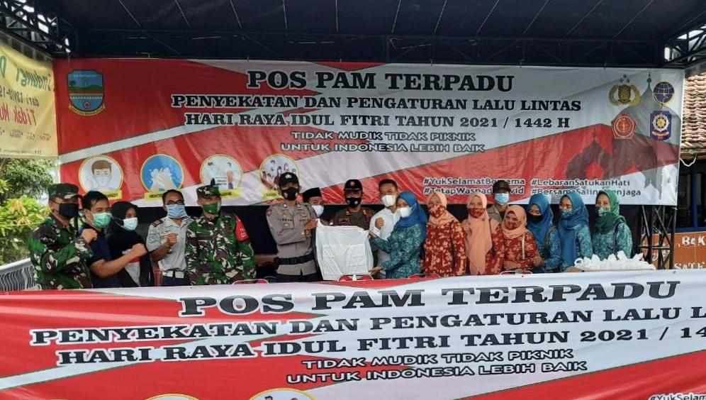 TP PKK, Dharma Wanita dan Kwarran Kecamatan Kalipucang Bagikan Nasi Box dan Takjil