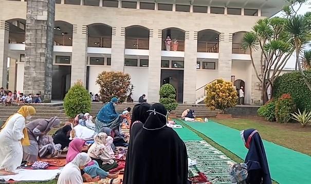 Susi Pudjiastuti dan Keluarga Sholat Ied di Masjid Besar Al-Istiqomah Pangandaran