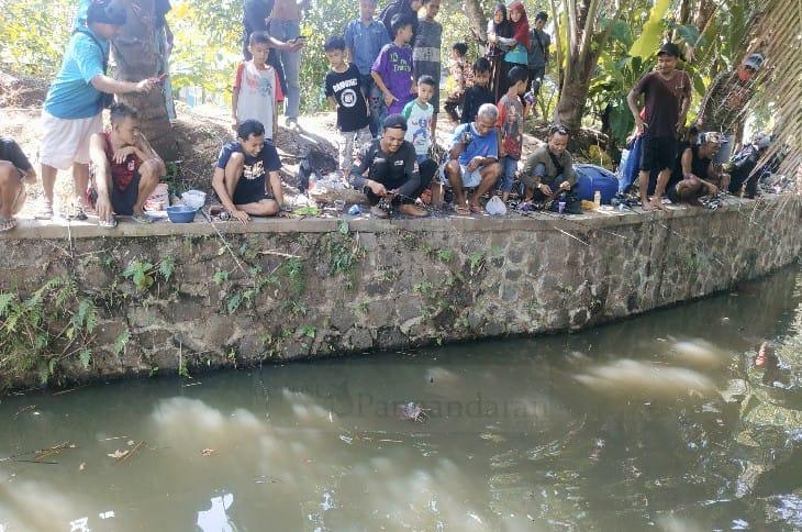 Unik, Warga Banjar Lomba Mancing Ikan Lele di Selokan
