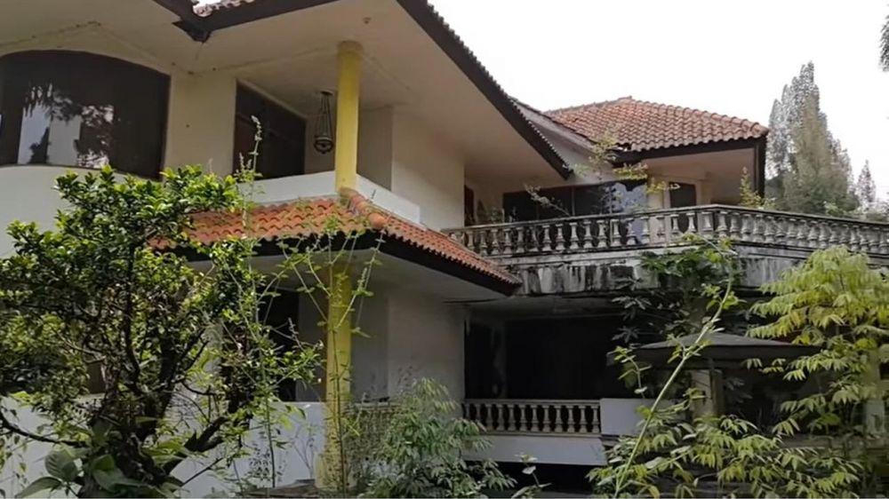 Viral, Penampakan Rumah Besar di Bandung 20 Tahun Tak Dihuni Masih Lengkap dengan Mobil