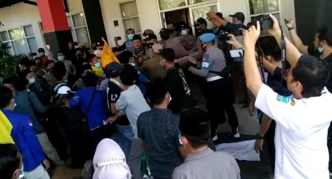 Aksi Mahasiswa dan Pelajar di Gedung DPRD Pangandaran Sempat Diwarnai Kericuhan