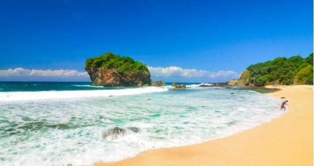 Panorama Pantai Surumanis, 'Surga Tersembunyi' di Kota Beriman