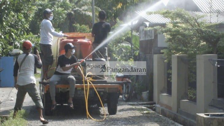 Relawan ATS Parakanmanggu Lakukan Penyemprotan Disinfektan di Kawasan Zona Merah Covid-19