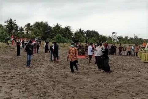 Petugas Gabungan Bubarkan Acara Ritual Warga Cilacap di Pantai Pangandaran